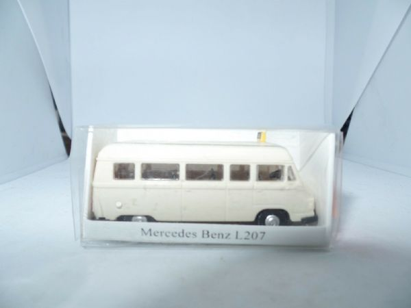 IMU 09028 HO Gauge 1/87 Scale  Mercedes Benz MB L207 Taxi Cream